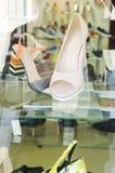 鞋子在商店窗口里 免版税库存照片