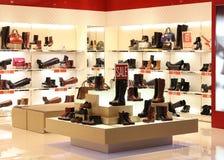 鞋子在商店 免版税库存图片