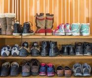 鞋子在室内架子 免版税库存照片