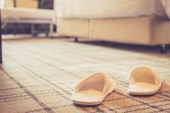鞋子在旅馆客房 免版税库存图片