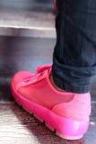 鞋子在棕色背景变粉红色在公园 免版税图库摄影