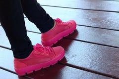 鞋子在棕色背景变粉红色在公园 库存图片