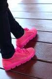 鞋子在棕色背景变粉红色在公园 免版税库存图片
