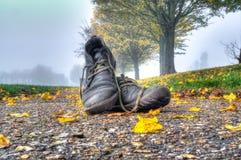 鞋子在雾 免版税库存照片