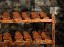 鞋子存贮详细资料在工厂 免版税库存照片