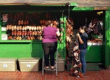 鞋子店主在奥尔维拉街市上 库存图片