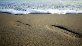 鞋子步和波浪 库存图片