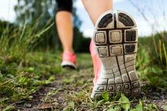 鞋子的妇女走或运行,行程和 图库摄影