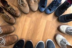 鞋子称呼汇集生活方式鞋类大时尚的特写镜头 免版税库存照片