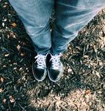 鞋子耐克牛仔裤 免版税库存图片