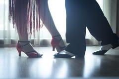 鞋子腿舞厅舞教舞蹈家夫妇 免版税库存照片