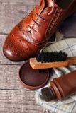 鞋子蜡和刷子木表面上 免版税库存照片