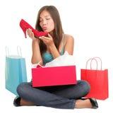 鞋子购物的妇女 免版税图库摄影