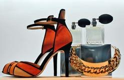 鞋子首饰和香水 库存照片