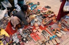 鞋子,书刊上的图片,印地安工艺品公平在加尔各答 免版税库存照片