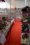 鞋子,起动国际性组织专门了研究鞋类、袋子和辅助部件Mos鞋子莫斯科的陈列 库存照片