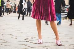 鞋子细节在古驰时装表演大厦之外的为米兰妇女的时尚星期 免版税图库摄影