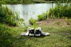 鞋子临近湖 免版税库存图片