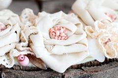 从鞋带修剪、小珠和毛毡基地的被回收的纺织品项链 妇女和女孩的夏天淡色织品项链 库存图片