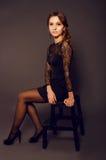 黑鞋带礼服的典雅的少妇有长的卷发的 库存图片