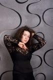 黑鞋带礼服的可爱的妇女 免版税库存图片