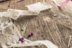 鞋带,小珠,在木背景的缝合的供应 顶视图 平的位置构成 库存照片