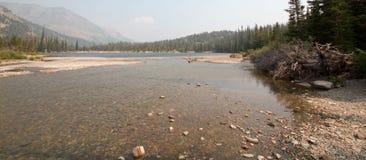 鞋帮两在Sinopah山附近的Medicines湖在2017场秋天森林火灾期间的冰川国家公园在蒙大拿美国 免版税库存照片