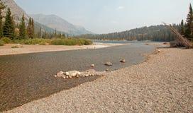 鞋帮两Medicines湖岩石和石渣海岸线在2017场秋天森林火灾期间的冰川国家公园在蒙大拿美国 免版税库存照片