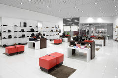 鞋店内部在现代欧洲购物中心的 库存照片