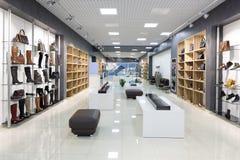 鞋店内部在现代欧洲购物中心的 免版税库存照片