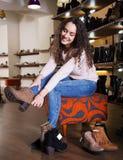 鞋店妇女 免版税库存照片