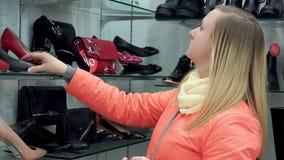 鞋店的一名妇女选择鞋子 特写镜头 股票录像