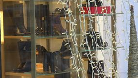 鞋店玻璃容器特写镜头与白色串的点燃 圣诞节销售 影视素材