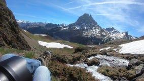 鞋类远足和Pic du密地de Ossau山背景 影视素材