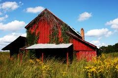 鞍架的红色谷仓 库存照片