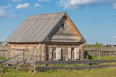 鞑靼人的村庄,老大厦,小屋,原木小屋 库存图片