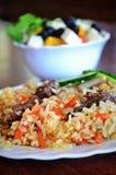 鞑靼人的肉饭用希腊沙拉 库存照片