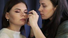 鞭子制造商在秀丽演播室增加睫毛,组成做长的鞭子,妇女的艺术家做晚上组成 股票视频