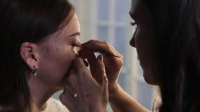 鞭子制造商在秀丽演播室增加睫毛,组成做长的鞭子,妇女的艺术家做晚上组成 股票录像
