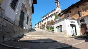 韦尔托瓦,贝加莫,意大利 对圣徒玛丽亚阿孙塔大教堂的楼梯 股票录像
