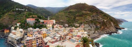 韦尔纳扎从上面,俯视海的国家的全景 库存图片