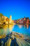 韦尔纳扎村庄、教会、岩石和海在日落怀有 Cinque 免版税库存照片