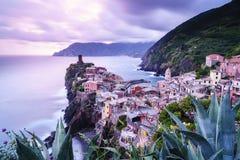 韦尔纳扎村庄在五乡地,日落的意大利 库存照片