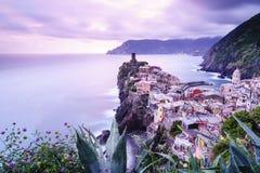 韦尔纳扎村庄在五乡地,日落的意大利 库存图片