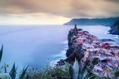韦尔纳扎村庄在五乡地,日落的意大利 图库摄影