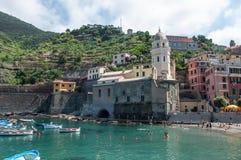 韦尔纳扎,意大利- 6月12 :游人在6月12日的海滩使用 库存照片