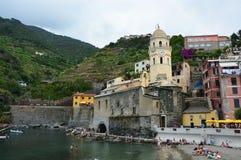 韦尔纳扎,意大利- 2017年6月14日:韦尔纳扎港口有圣诞老人Margherita和它五颜六色的房子教会的用意大利语里维埃拉 免版税库存照片