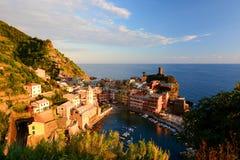 韦尔纳扎 Cinque Terre,利古里亚, Cinque Terre,即Riomaggiore五个村庄的Italy.Crowded轮渡运载的游人, Manarola、Corniglia、Vernazza和Monterosso.Picture可以被用于表示 库存照片