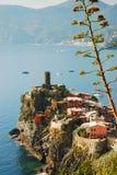 韦尔纳扎 Cinque Terre,利古里亚, Cinque Terre,即Riomaggiore五个村庄的Italy.Crowded轮渡运载的游人, Manarola、Corniglia、Vernazza和Monterosso.Picture可以被用于表示 免版税库存照片