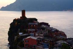 韦尔纳扎 Cinque Terre,利古里亚, Cinque Terre,即Riomaggiore五个村庄的Italy.Crowded轮渡运载的游人, Manarola、Corniglia、Vernazza和Monterosso.Picture可以被用于表示 免版税库存图片